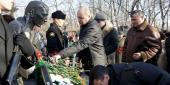 Фото с места события собственное. Участники митинга возложили цветы к памятнику. Автор фото: Анастасия Голованушкина